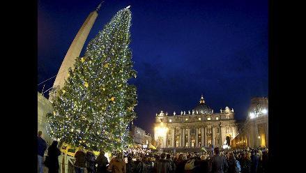 Árbol de Navidad ya ilumina la plaza de San Pedro