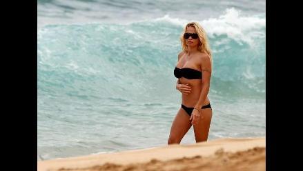 Pamela Anderson luce un diminuto bikini en las playas de Hawái