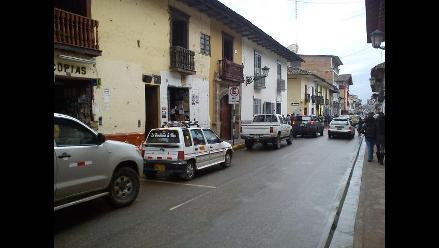 Conductores estacionan en zona rígida en Cajamarca