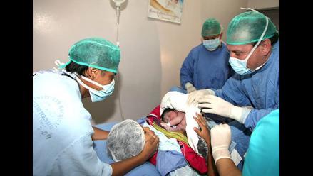 Ministro Tejada corta cordón umbilical a dos primeros bebés del 2012