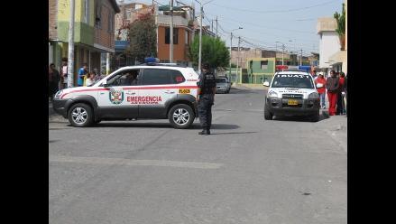 Camioneta se incendia al interior de dependencia policial en Arequipa