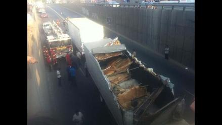 Miraflores: Tráiler intentó pasar por un túnel y quedó atascado