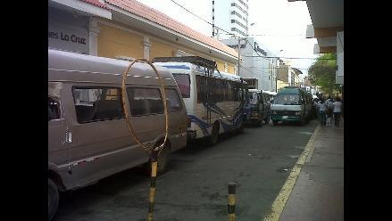 Transportistas de combis acatan paro indefinido en Piura