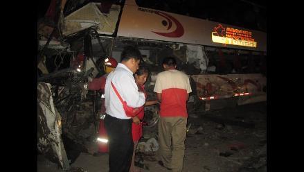 Trujillo: Dos muertos y 4 heridos deja choque entre bus y camión