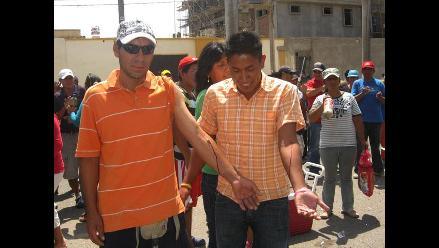 Chiclayo: Extrabajadores se desangran exigiendo incorporación a planillas
