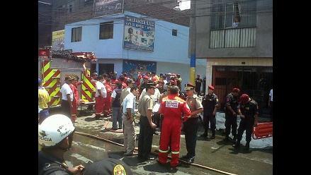 Vecinos exigen al municipio de SJL limpiar restos del incendio