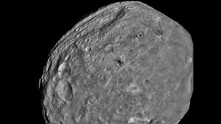 Asteroide Eros en su travesía más próxima a la Tierra desde 1975