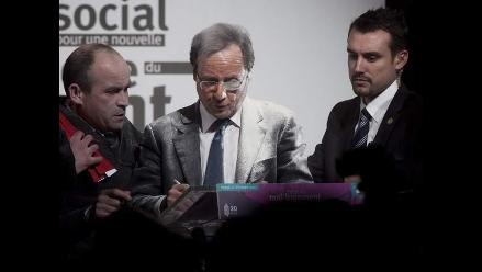 Lanzan harina a candidato presidencial en Francia