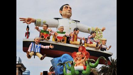 Ninots de políticos europeos desfilan en Carnaval de Viareggio