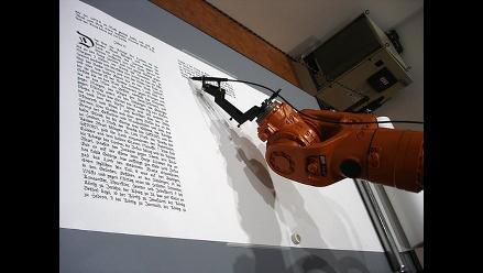 Robot ´KR16´ transcribe la Biblia a pluma en nueve meses
