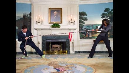 Michelle Obama vence a comediante en el juego de tirar la cuerda