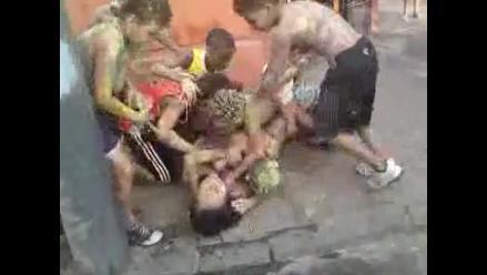 Barrios Altos: desperdician gran cantidad de agua jugando carnavales