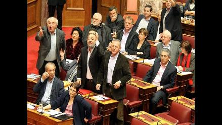 Parlamento griego aprueba ayuda financiera para evitar la bancarrota