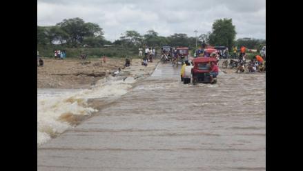 Reportero W: Pobladores arriesgan sus vidas al cruzar badén