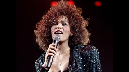 Familiares y amigos despiden a Whitney Houston con aplausos y cantos