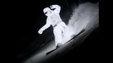 Impresionante sesión de snowboarding con traje LED