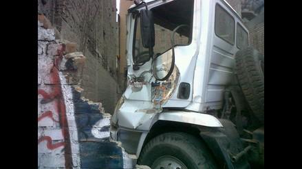Camión cisterna municipal choca contra pared en Ate Vitarte