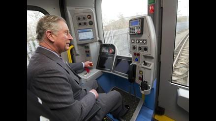 Príncipe Carlos conduce tren en Derbyshire