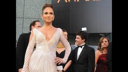 Jennifer Lopez lució provocativo escote durante los premios Oscar