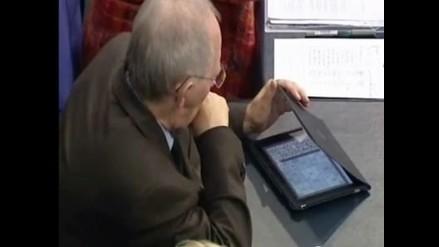 Captan a ministro alemán jugando sudoku durante sesión gubernamental