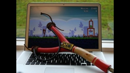 Fanático de Angry Birds inventa un mando en forma de tirachinas