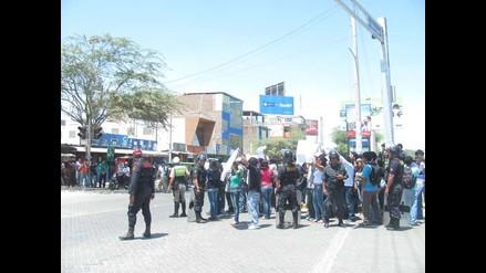 Cusco: Docentes protestaron por retraso de obras en plantel