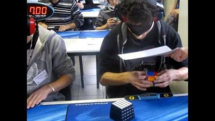 Rompe récord al armar cubo con ojos vendados en menos de 29 segundos