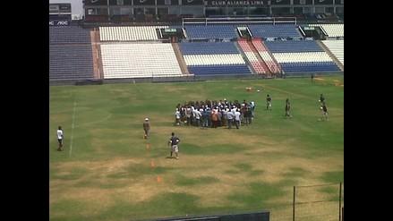 Hinchas de Alianza Lima ingresan a la práctica a discutir con jugadores