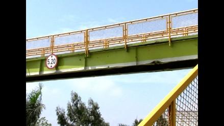 Puente peatonal a punto de colapsar en la Vía de Evitamiento