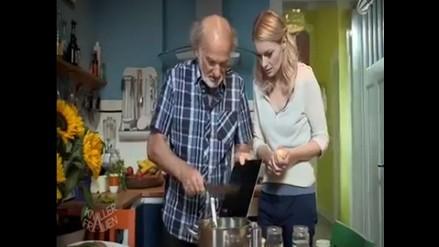 Usan iPad como tabla para cortar verduras en programa humorístico