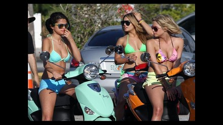 Vanessa Hudgens y Selena Gomez en bikini para