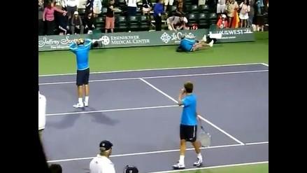 Hincha de Rafael Nadal cae a pista de tenis al intentar coger la pelota