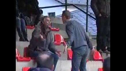 Árbitro subió a la tribuna y encaró a los hinchas que lo insultaron
