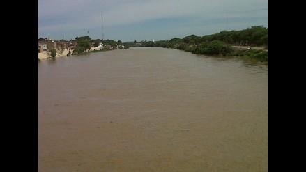 Piura: 60 pasajeros son rescatados tras caer bus al río en Morropón