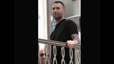Adam Levine sorprende con cambio de look