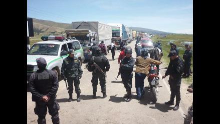 Aymaras acatan paro con bloqueo en principales vías de ingreso a Puno
