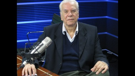 El doctor Fernando Maestre contesta en su consultorio libre