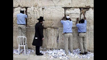 Realizan limpieza de Muro de los Lamentos a pocos días de Semana Santa