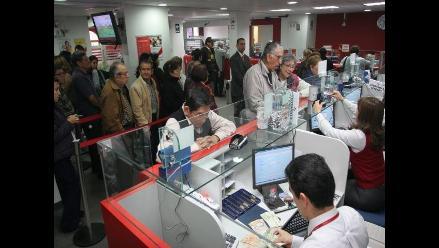 Peruanos reducen el uso de ventanillas en bancos y financieras