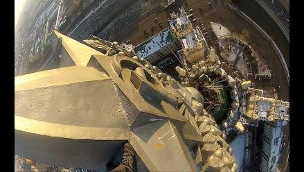 Vea cómo un joven escala la torre Stalin en Moscú