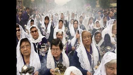 Fe y devoción de mujeres que cantan con sahumerios al Señor de los Milagros