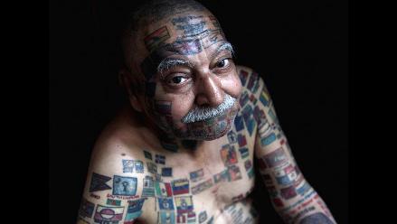 El hombre de 70 años con 220 banderas tatuadas sobre su cuerpo