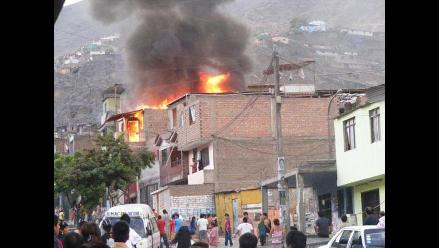 Reportan incendio de grandes proporciones en una casa en el Rímac