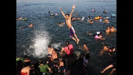 Filipinos abarrotaron la bahía de Manila en Domingo de Resurrección