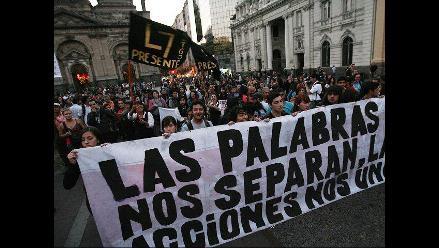 Estudiantes protestan en Chile por cancelación de matrículas