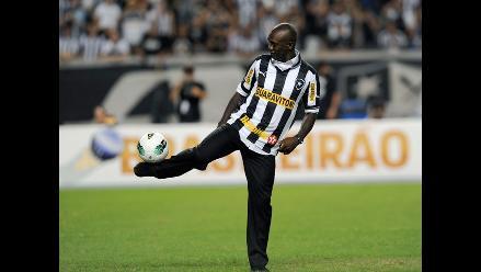 Clarence Seedorf es presentado ante hinchas en el estadio del Botafogo