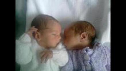 Madre da a luz gemelos en países diferentes