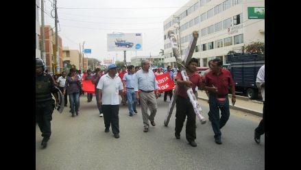 Chiclayo: Docentes marchan cargando cruz en quinto día de huelga