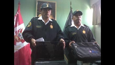 Policía devuelve maletín con dinero y equipos a pasajero
