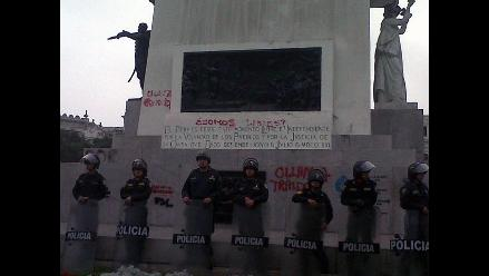 Removieron pintas hechas al monumento de Plaza San Martín